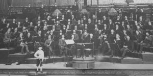 Figure 3. The London Symphony Orchestra. First known photo, July 1904. Manuel Gómez pointed out with an arrow. © LSO Archive.